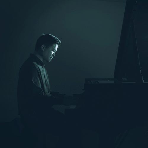 تکنوازی پیانو آرامش بخش Ian Wong در آهنگ Alone In the Crowd (Revisited)